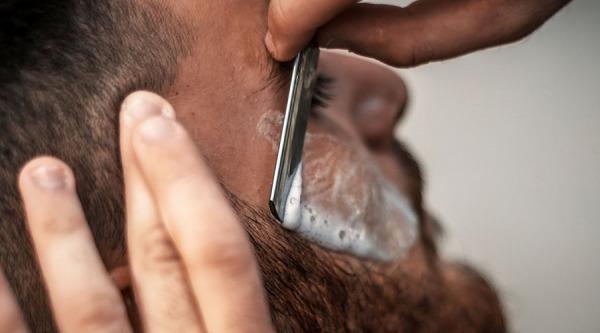 Gél verzus pena na holenie: každému sa hodí niečo iné